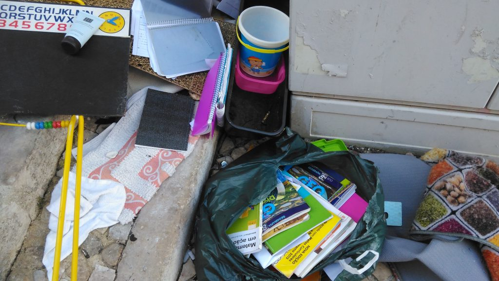Livros escolares no lixo